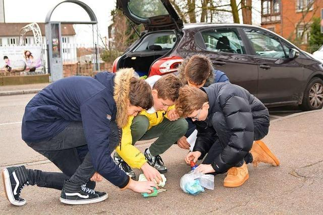 Schüler reinigen Lahrer Stolpersteine