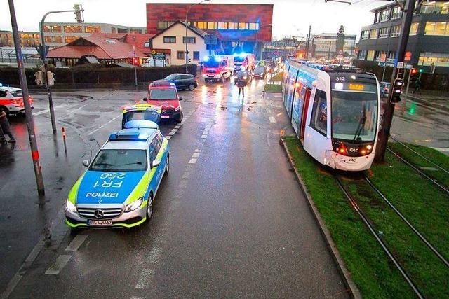 Auto und Straßenbahn stoßen in der Merzhauser Straße zusammen – Verkehr fließt wieder