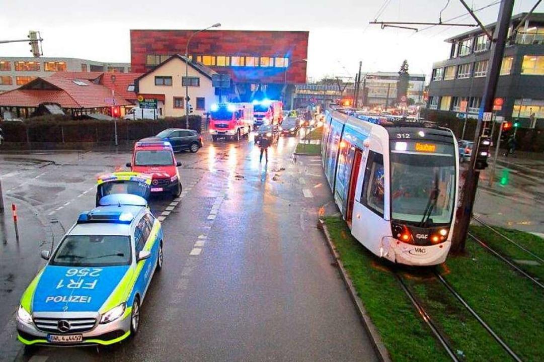 In der Merzhauser Straße ist es zu ein...iner Straßenbahn der Linie 3 gekommen.    Foto: Katastrophenschutz der Stadt Freiburg