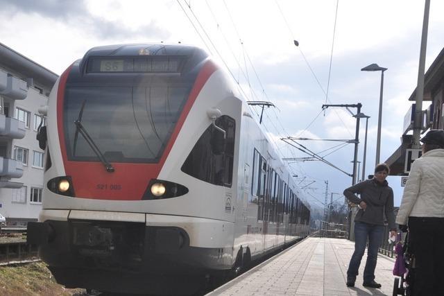 Tief Lolita weht Wellblech von Garage auf Bahnstrecke bei Schopfheim