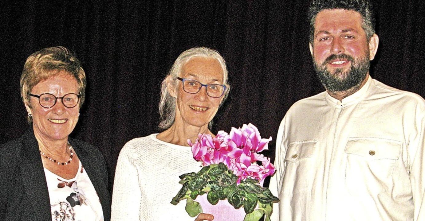 Für 30 Jahre als Chorleiterin wurde Ur...tzender Irmgard Baur und Pater Lukas.   | Foto: Ulrike Spiegelhalter