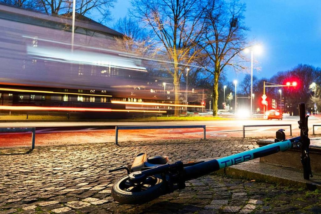 E-Scooter sind umstritten.  | Foto: David Hutzler (dpa)