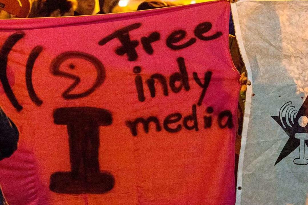 Anhänger der linken Szene halten bei e...sunten.indymedia.org» zu protestieren.  | Foto: Patrick Seeger (dpa)