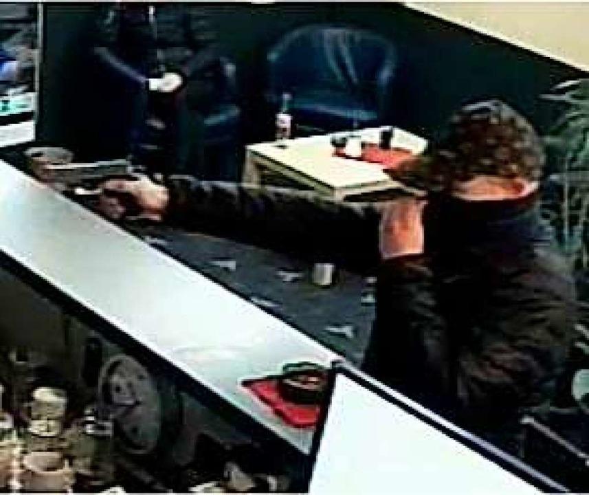 Der Täterfoto von einer Überwachungskamera im Spielcasino.  | Foto: Polizei