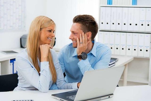Darf mein Arbeitgeber eine Beziehung am Arbeitsplatz verbieten?