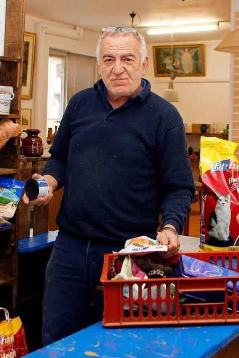 Im Laden der Gismo-Tierhilfe räumte 20...m Einzug Helmut Gerber die Regale ein.    Foto: Heidi Foessel