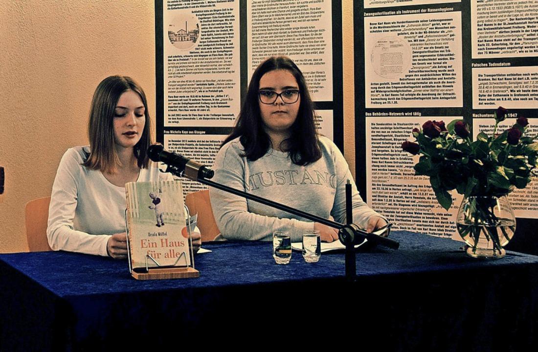 Zwei Schülerinnen der Hugo-Höfler-Real...kirche Texte zu den Euthanasie-Morden.  | Foto: Kai Kricheldorff