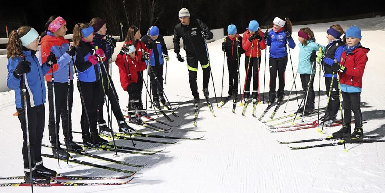 Trainer Michael Frick erläutert seinen Schützlingen die nächste Übungseinheit.   | Foto: Dieter Maurer