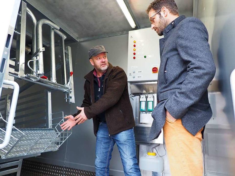 Thomas Mayer (links) erläuterte Mischa...hnik der Mobilen Schlachteinheit 200A.  | Foto: Herbert Frey