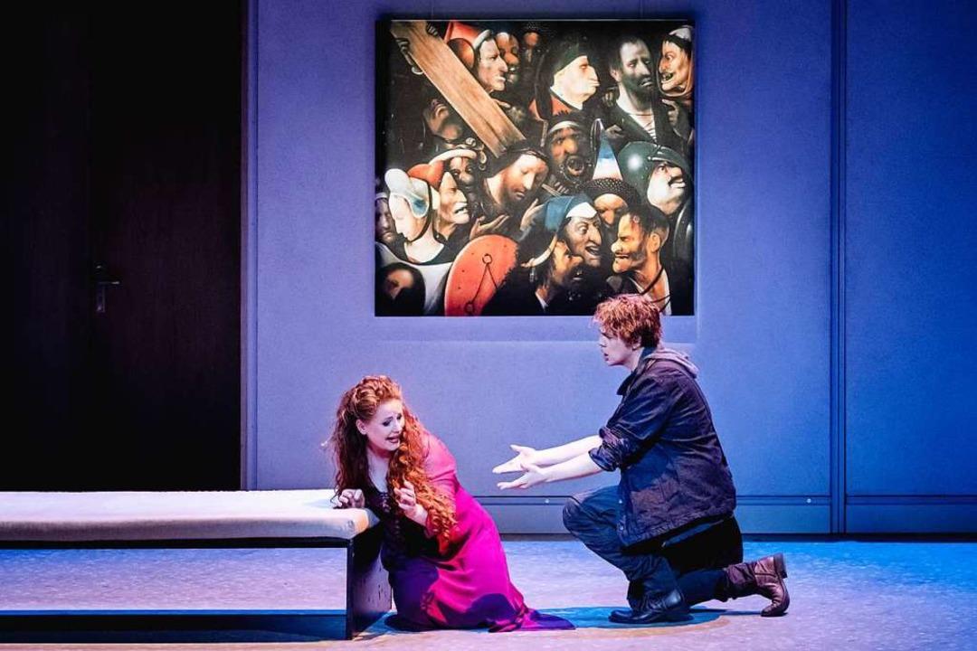 Vor dem Passionsbild: Kundry (Christia...ondelle) in der aktuellen Inszenierung    Foto: Klara Beck