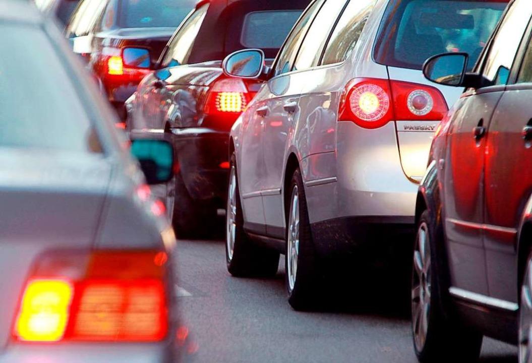 Am Donnerstagmorgen staute sich der Verkehr auf der B3.    Foto: Stephan Jansen (dpa)