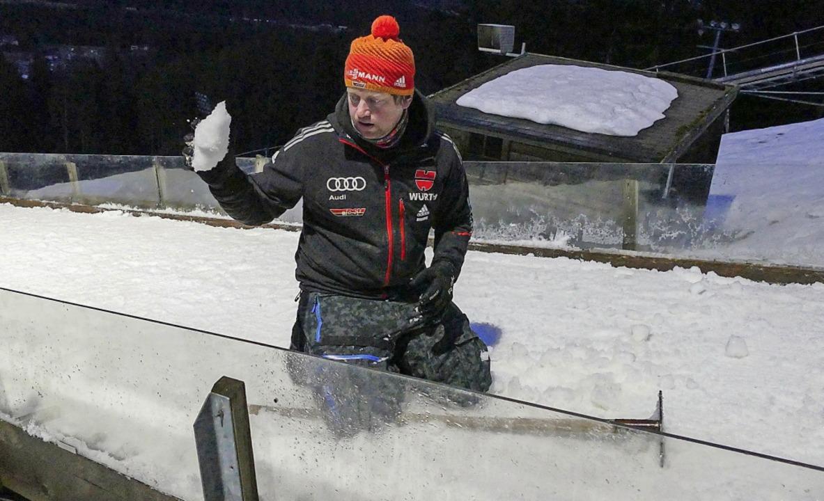 Schnee zum Niederknien: Michael Lais k...sprungschanze perfekt zu präparieren.   | Foto: Johannes Bachmann