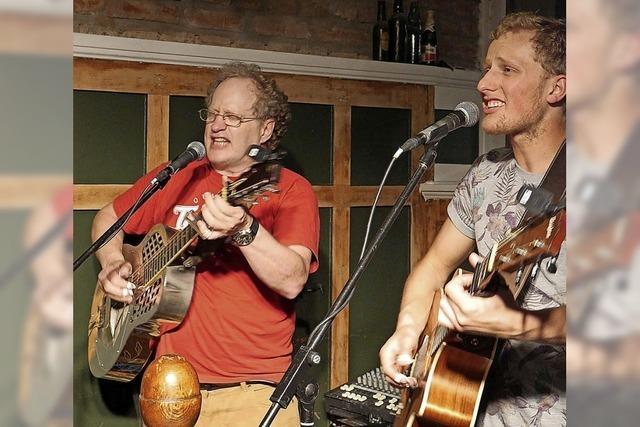 Ein Duo aus Vater und Sohn lassen die Saiten im Irish Pub singen