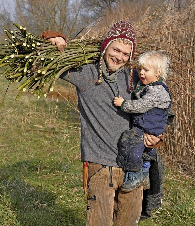 Bei der Weidenpflege waren auch Korbfl...rweiler und sein Sohn Aaron mit dabei.  | Foto: Jutta Schütz