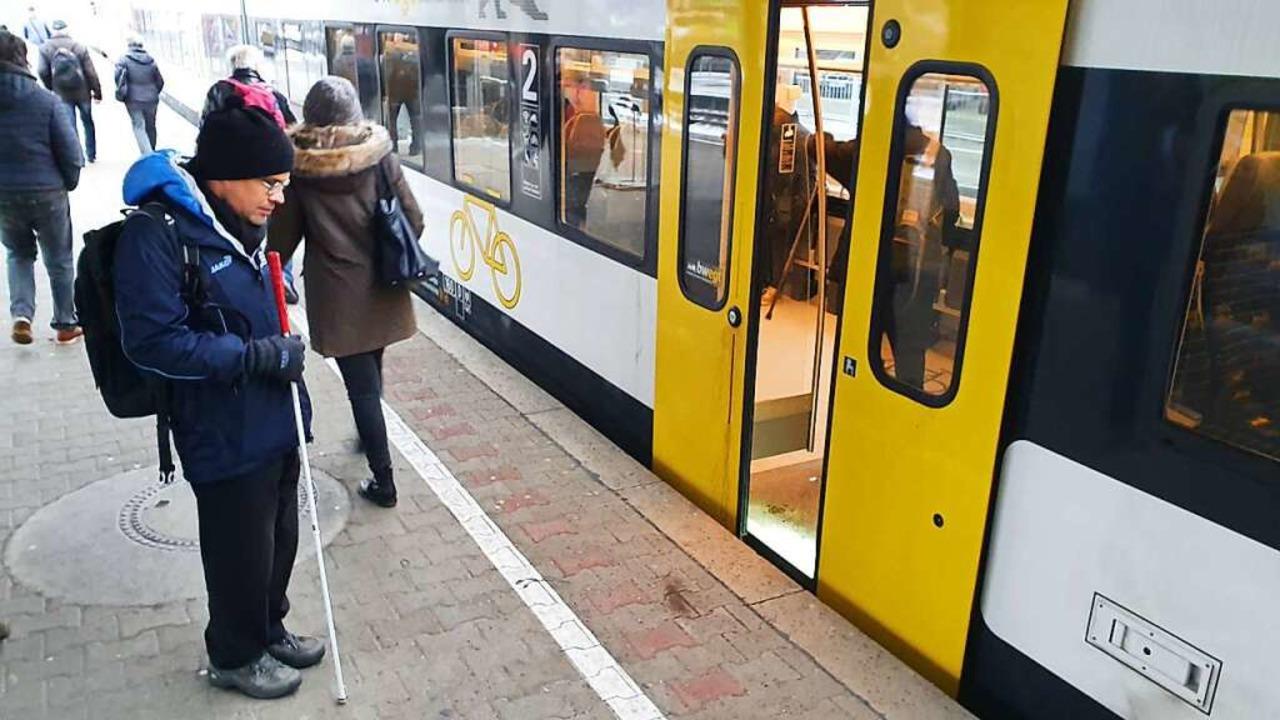 Mischa Knebel ist blind. Ihm helfen di...e Türen der Breisgau-S-Bahn zu finden.    Foto: Sebastian Wolfrum