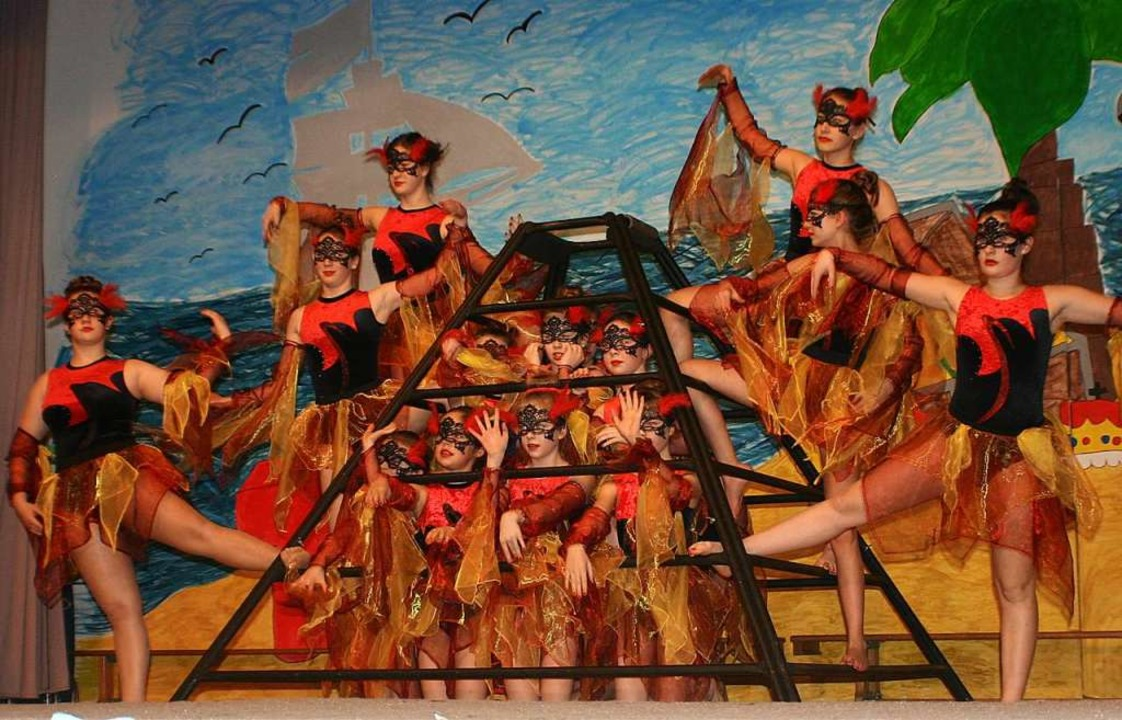 Anmutende Tänzerinnen beim bunten Tiurnerabend in Lenzkirch.   | Foto: Köpper