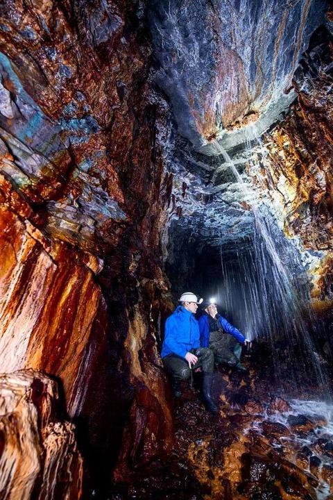Nichts für Wasserscheue: Wasserfall im Röhrigschacht    Foto: Hendrik Schmidt (dpa)
