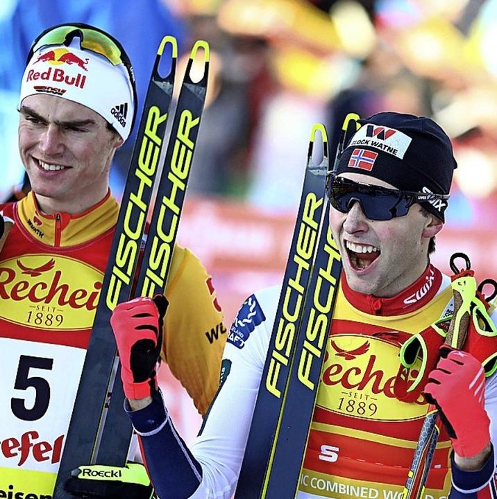 Vinzenz Geiger (links) und der Sieger Jarl Magnus Riiber  | Foto: Matthias Schrader (dpa)