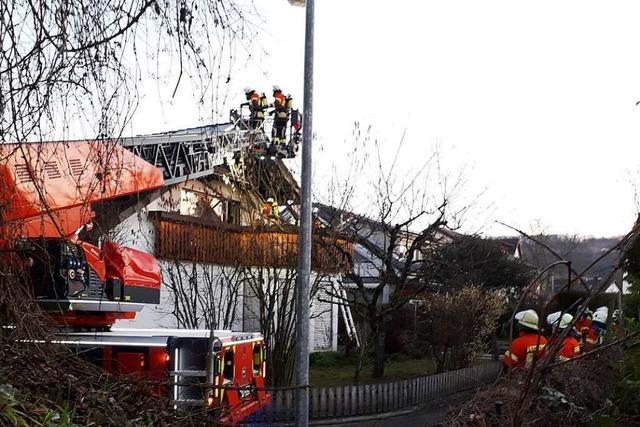 Rauch bei der Firma Kühl und ein Balkonbrand in Istein
