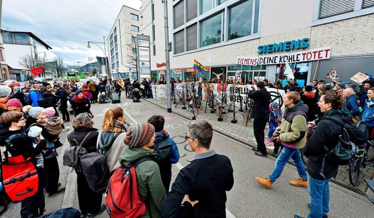 Etwa 130 Teilnehmer protestierten vor ...-Niederlassung in der Schnewlinstraße.    Foto: Michael Bamberger
