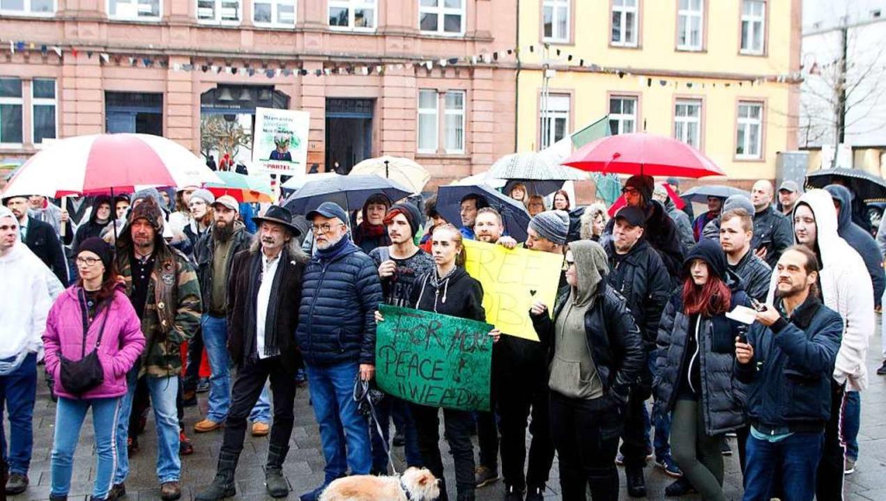 Cannabis bringt mehr Frieden – d...est das Plakat einer Demoteilnehmerin.  | Foto: Heidi Fößel