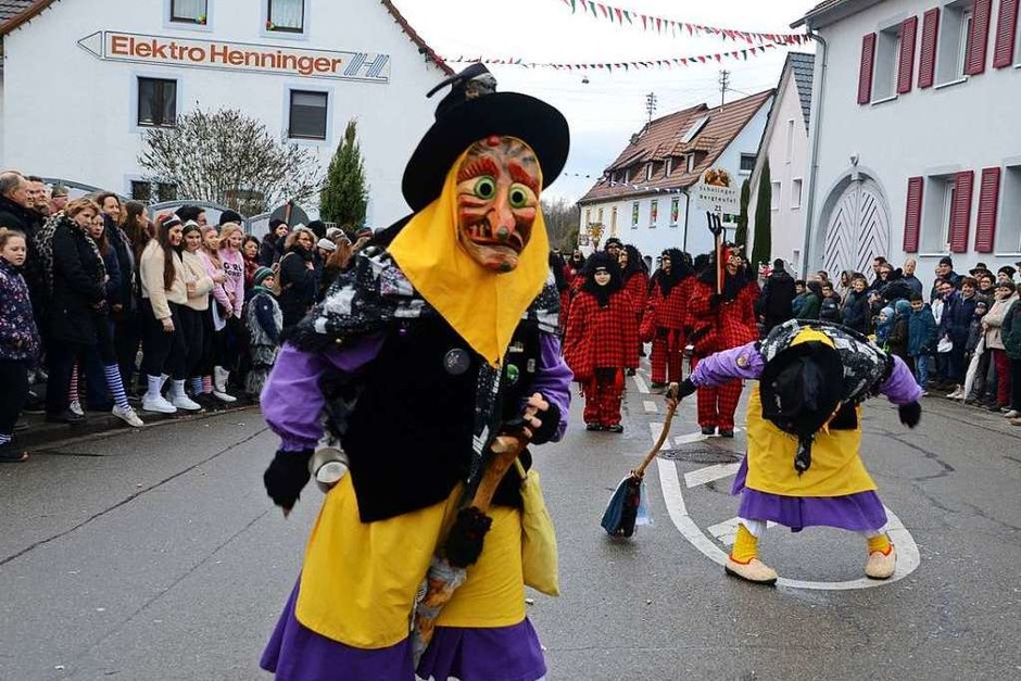 Mehr als 4000 Narren zogen am Sonntag durch die kleine Rheingemeinde. (Foto: Roland Vitt)