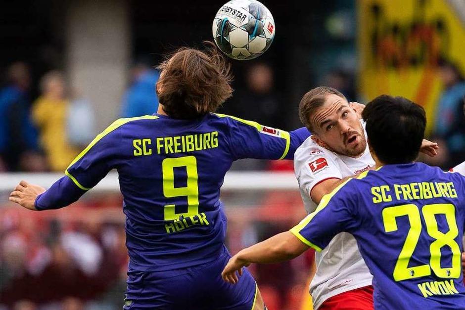 Lucas Höler steigt am höchsten in die Luft, in der Offensive konnten er und seine Kollegen gegen den 1. FC Köln wenig ausrichten. (Foto: Federico Gambarini (dpa))
