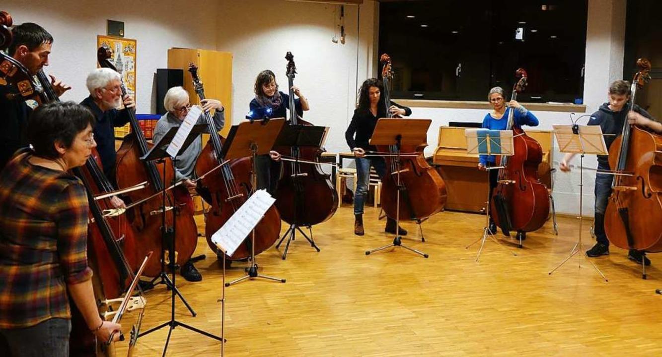 Ein großes Kontrabass-Ensemble bescher...en ein Hörerlebnis der besonderen Art.  | Foto: Roswitha Frey
