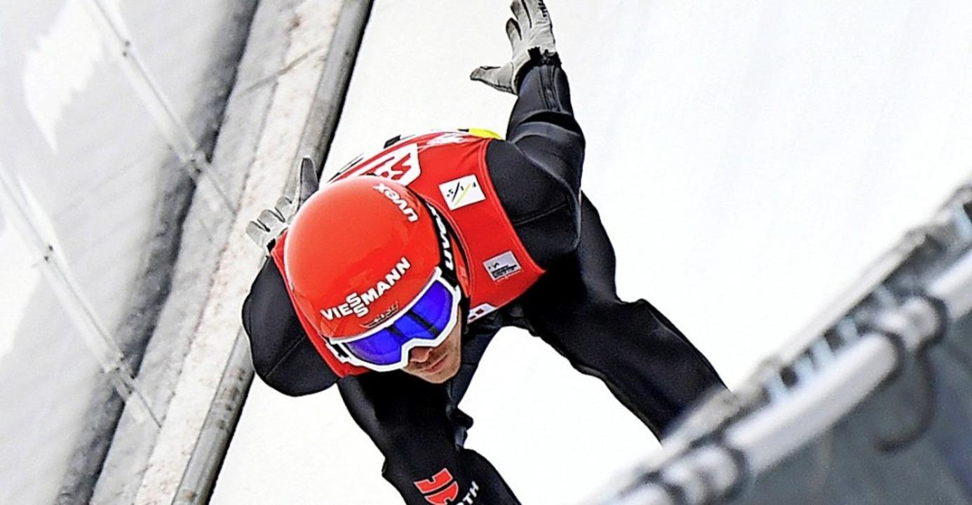 Vorentscheidung auf der Schanze: Kombi...it seiner Sitzposition über dem Ski.    | Foto: BARBARA GINDL (AFP)