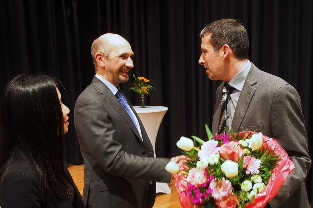 In der Sommerberghalle durften der kün...ckwünsche zum Wahlsieg entgegennehmen.  | Foto: Markus Donner