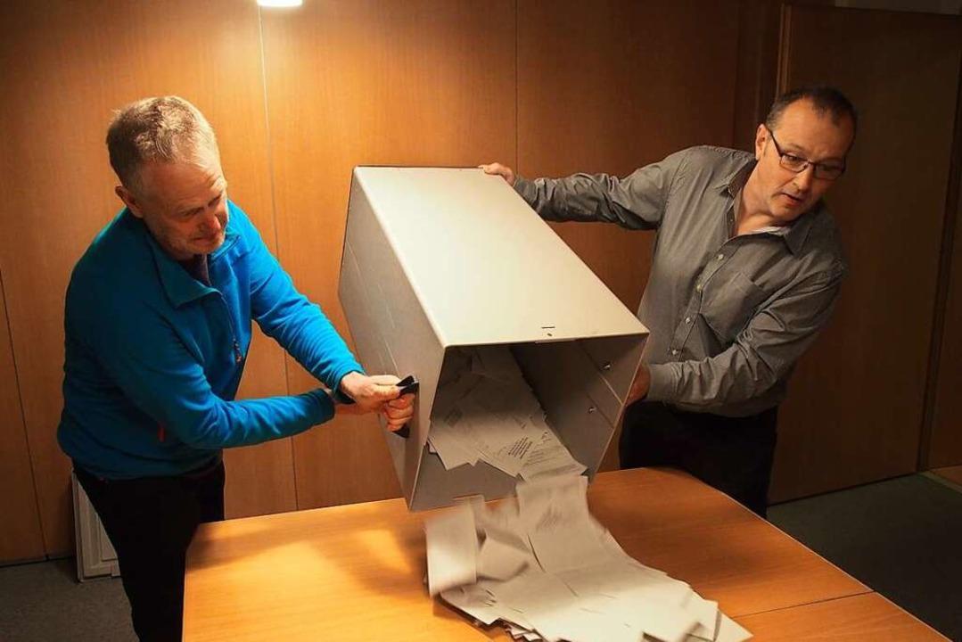 Mit vereinten Kräften wurde in Buchenbach das Wahlergebnis ermittelt.  | Foto: Markus Donner