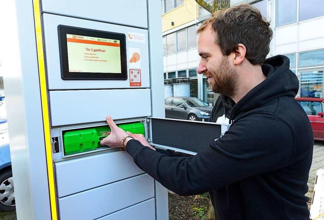 Batterie leer? Schnell eine neue her. ...besorgt sich am Automaten neuen Strom.    Foto: Ingo Schneider