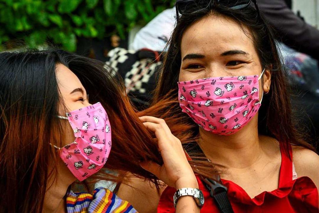 Auch in Thailands Hauptstadt Bangkok s...ich viele Menschen mit Gesichtsmasken.  | Foto: MLADEN ANTONOV (AFP)