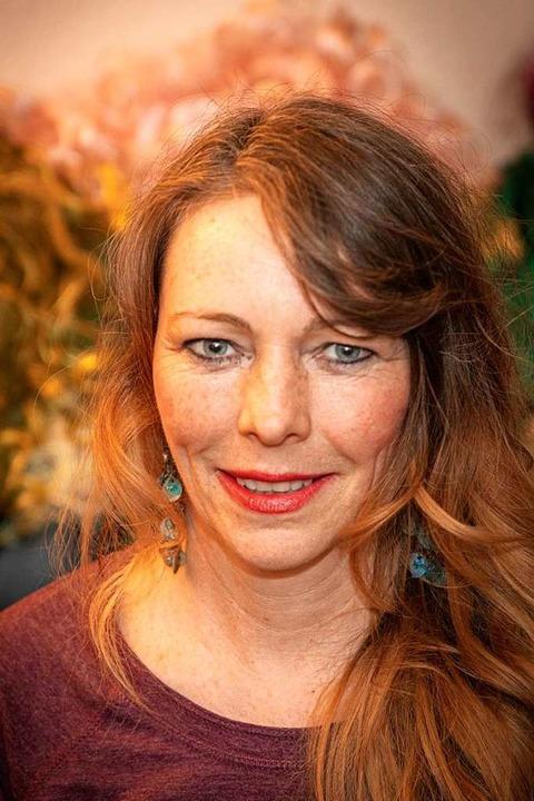 Wenn die Autorin in fantastische Welte...s stilecht in Kostüm und mit Perücke.   | Foto: Hubert Gemmert