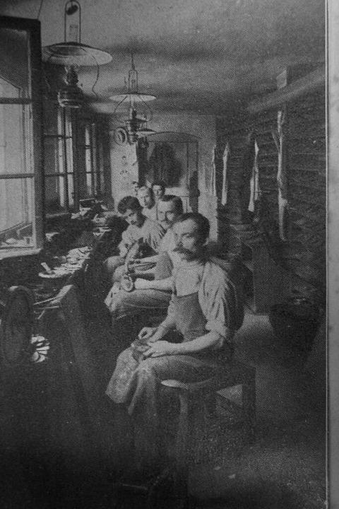 Einen Blick in die damalige Schuhmache...o aus dem Archiv von Adelheid Brockel.  | Foto: Archiv Adelheid Brockel