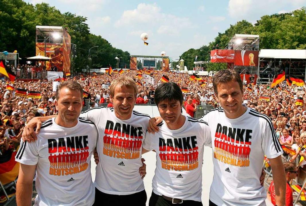 Torwart-Trainer Andreas Köpke (von lin...uf der Fan-Meile am Brandenburger Tor.  | Foto: DB Marcus Brandt (dpa)