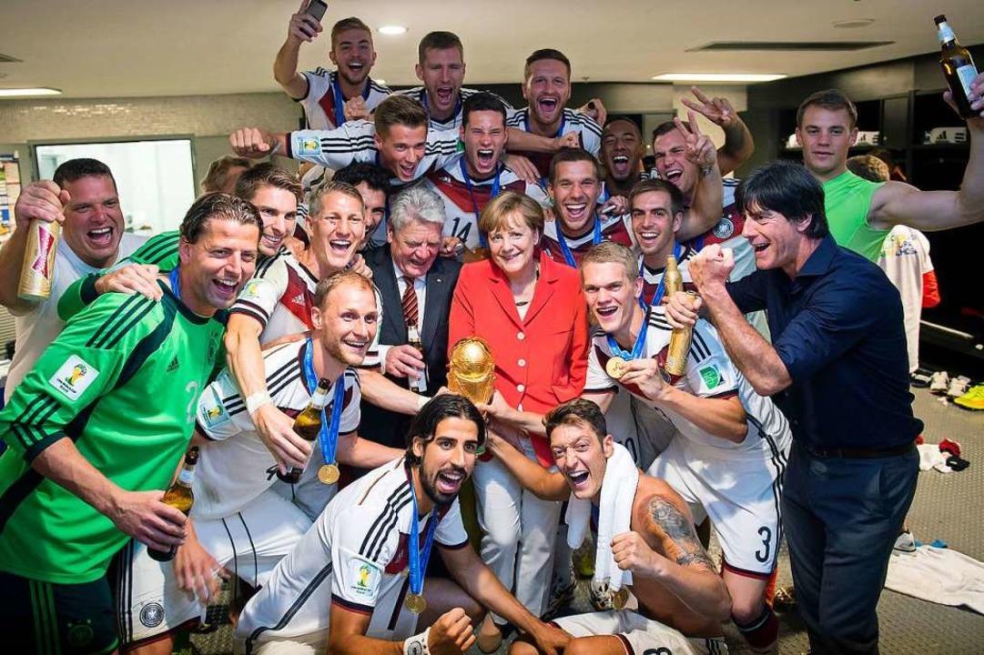 Das von Bundespresseamt zur Verfügung ...öw für ein Gruppenbild zusammenstehen.  | Foto: Guido Bergmann