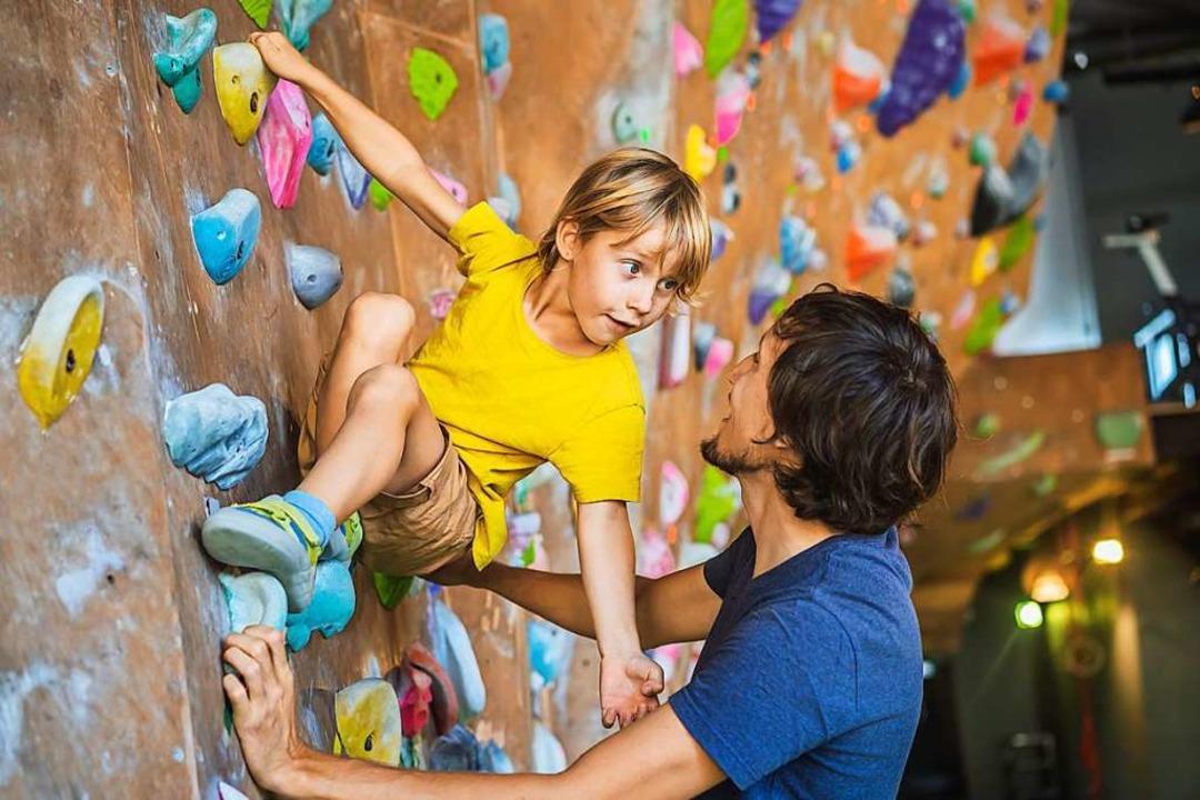 Wie gibt ein Erwachsener dem Kind beim...ratungsstelle Wendepunkt (Symbolbild).  | Foto: Elizabeta Galitckaia (Adobe Stock)