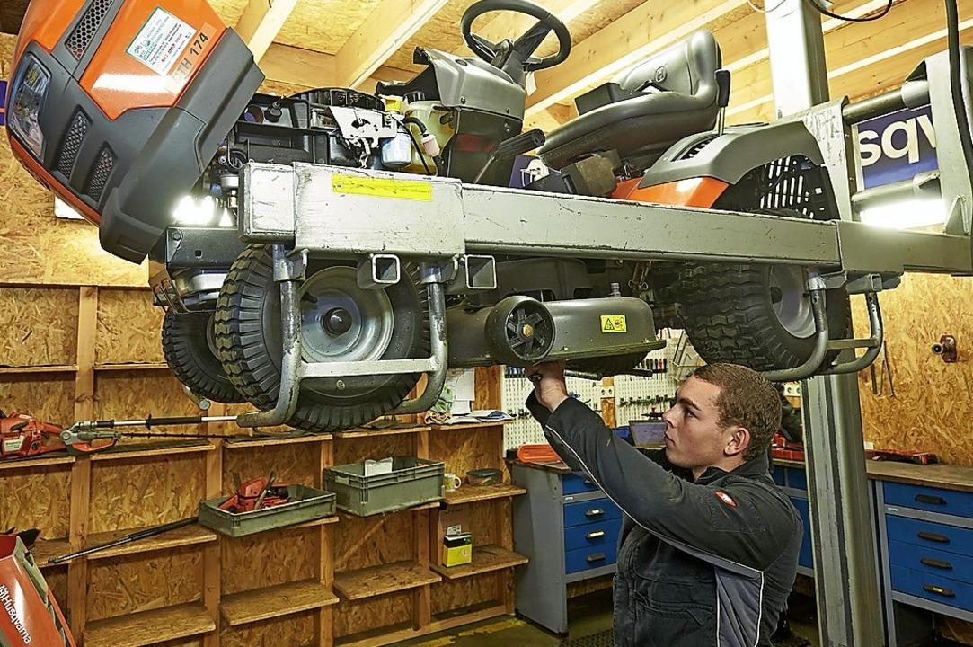 Philipp Kauth ist angehender Land- und...Hier repariert er  einen Rasentraktor.  | Foto: Thomas Frey