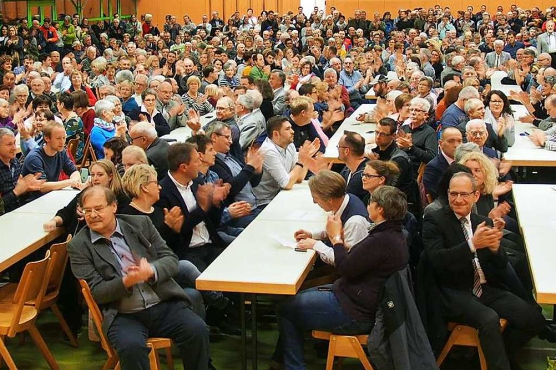 Brechend voll war die Sommerberghalle ...des Ergebnisses der Bürgermeisterwahl.  | Foto: Markus Donner