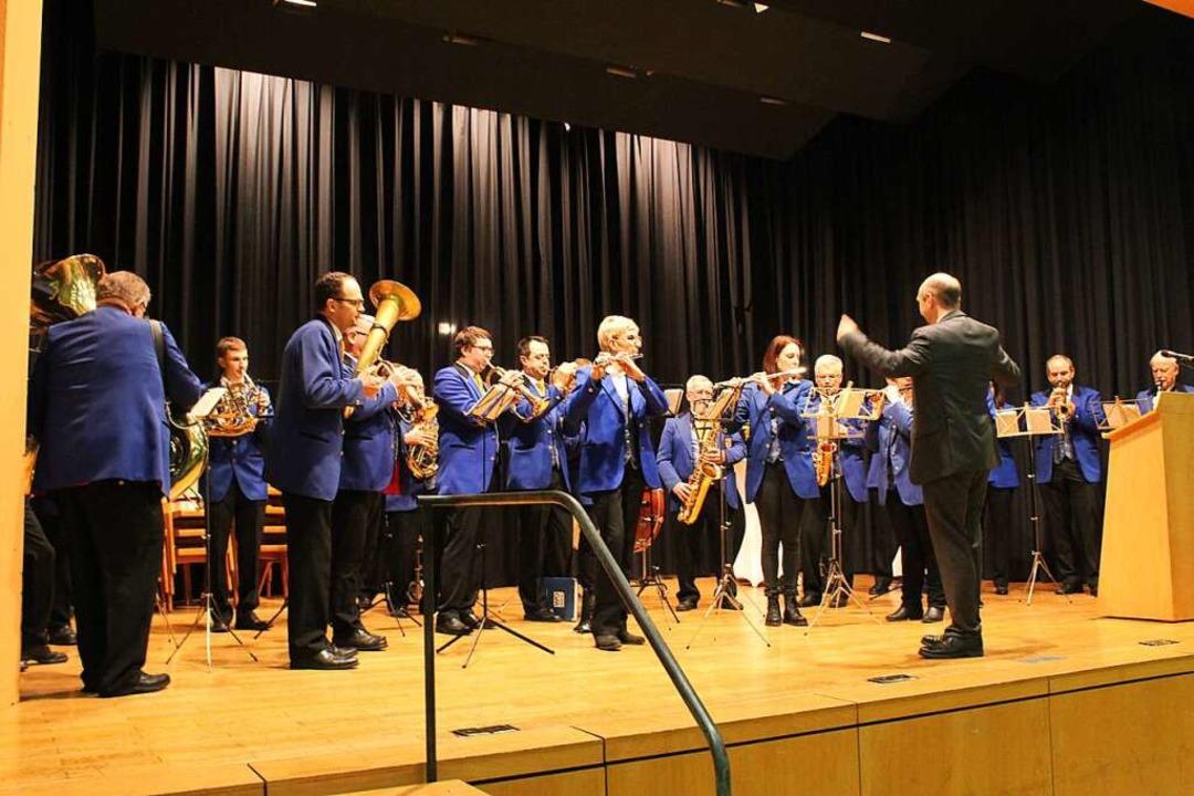 Ralf Kaiser dirigiert den Musikverein Buchenbach beim Badnerlied.  | Foto: Erich Krieger