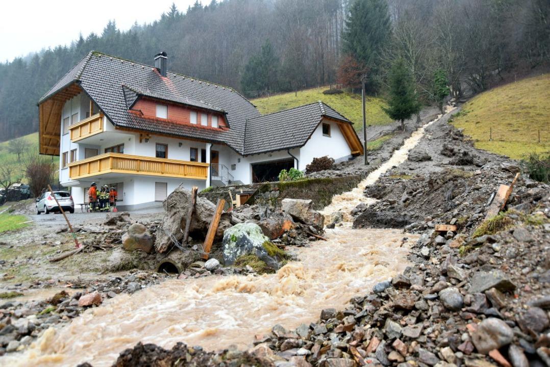In Obersimonswald am Häuslerain bracht...mer Nebenbach einen Hang zum Rutschen.  | Foto: Horst Dauenhauer
