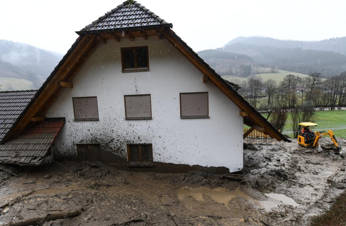 Dieses Haus in Obersimonswald wurde von einer Schlammlawine getroffen.  | Foto: Patrick Seeger (dpa)