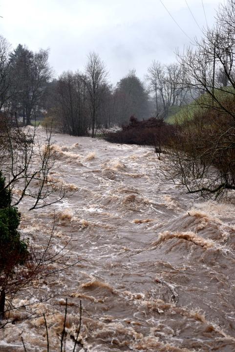 Dauerregen ließ die Wilde Gtuach bedrohlich  ansteigen.  | Foto: Horst Dauenhauer