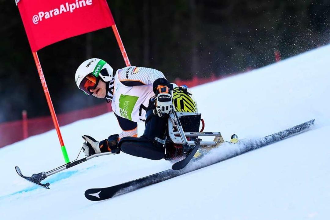Mutig in Schräglage ums Tor herum: die...Paralympics-Siegerin Anna-Lena Forster  | Foto: Luc Percival