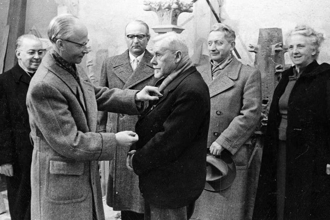 Leo Lange (rechts) bekommt das Bundesverdienstkreuz am Band verliehen.  | Foto: Münsterbauhütte