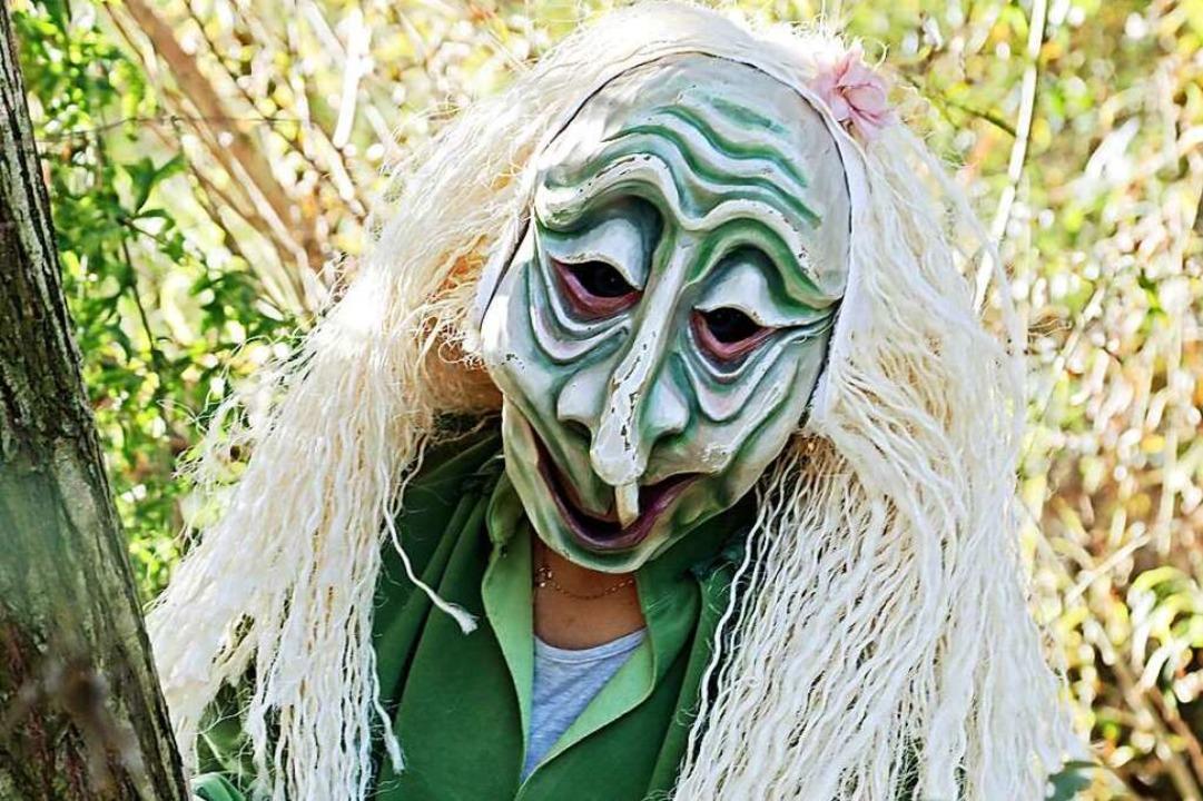 Grün leuchtet das Häs, grau-grün schim...die Maske der Hartheimer Rheingeister.    Foto: Sabrina Hoch / Die Photo Lounge