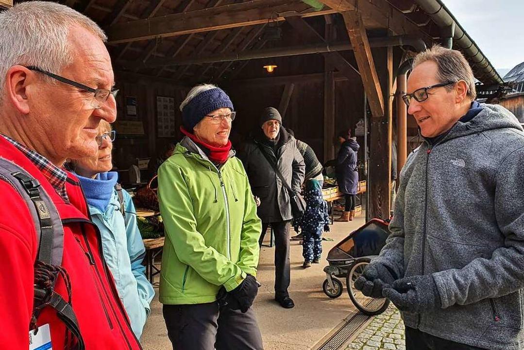 Kandidat Thomas König (rechts) im Gespräch mit Bürgern  | Foto: Julius Wilhelm Steckmeister
