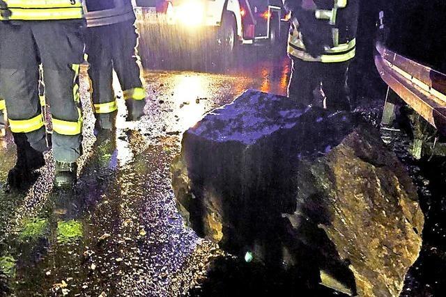 Felsen stürzt auf Straße
