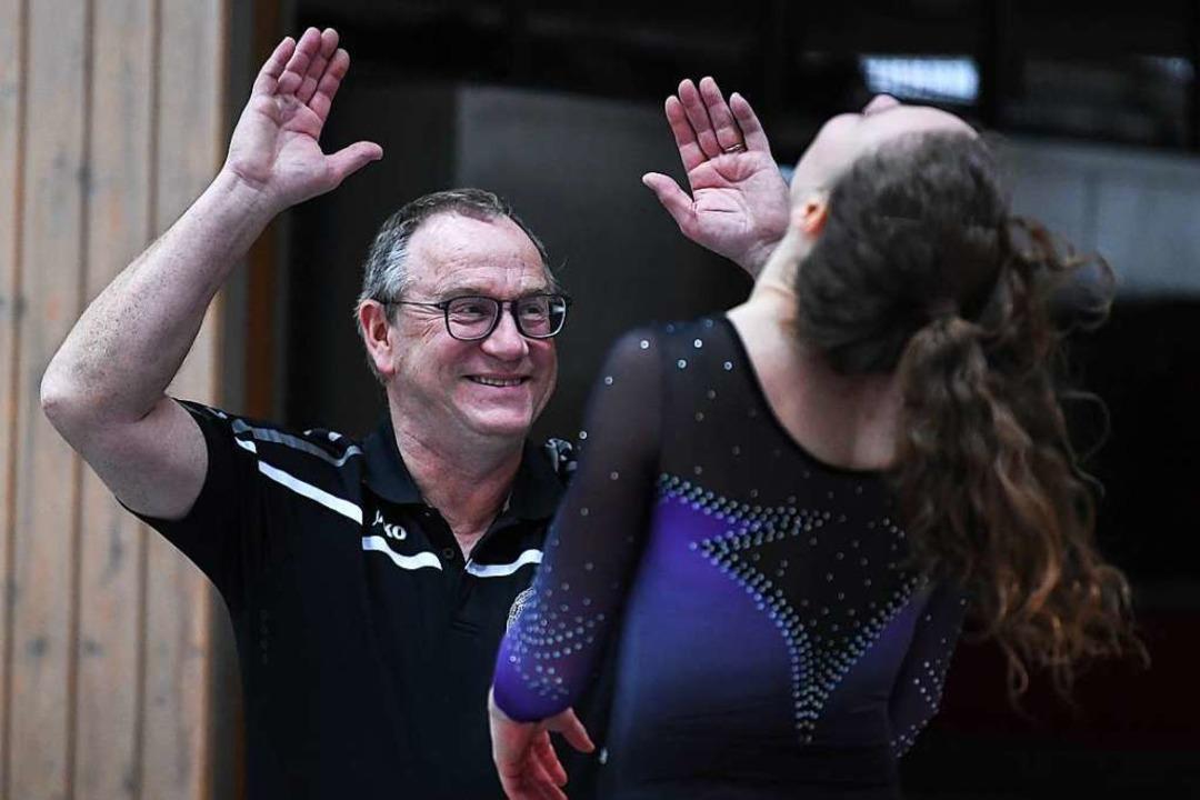PTSV-Trainer Uwe Schaich freut sich üb...ne gelungene Übung seiner Turnerinnen.    Foto: Patrick Seeger
